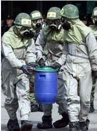 Pessoas carregando suposta arma biológica