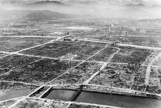 Cidade devastada com a explosão da bomba