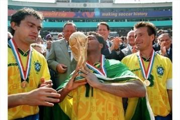 Romário erguendo a taça na Copa do mundo dos Estados Unidos