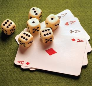 Probabilidade em jogos de azar, cartas e dados.