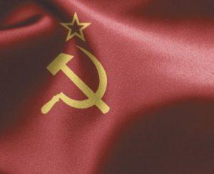 A bandeira da URSS apresenta uma foice e um martelo cruzados com uma estrela em cima sob um fundo vermelho.
