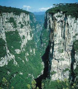 Como ocorre a erosão fluvial.