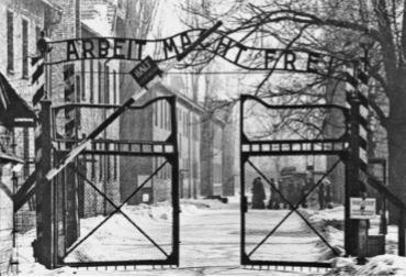 Foto da entrada de um campo de concentração nazista.