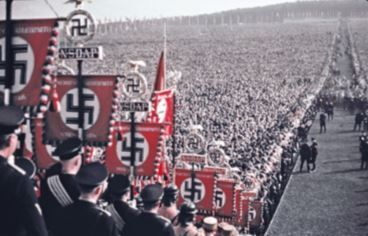 Foto mostrando uma multidão em um desfile nazista.