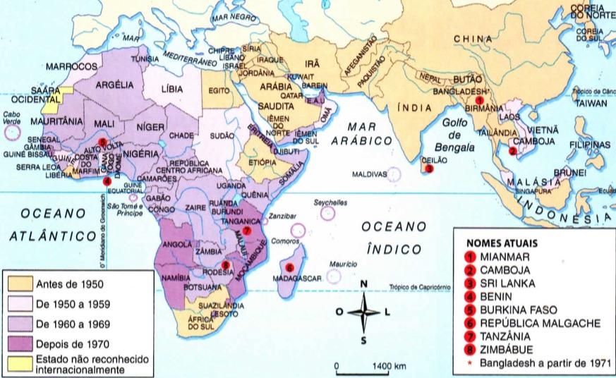 Mapa da África e da Ásia com os períodos que cada país foi descolonizado.