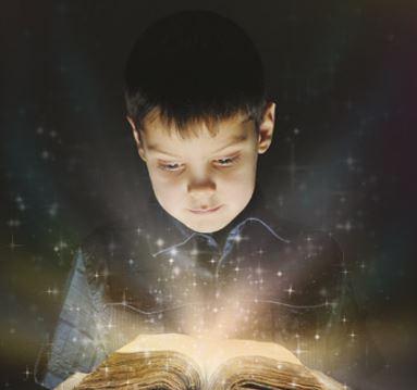 Um menino lê um conto de fadas repleto de magia.