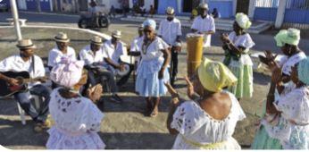 Pessoas dançando samba de roda.