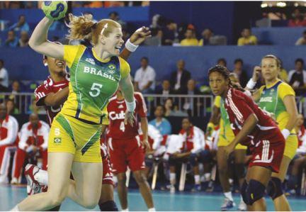 Jogadora da seleção brasileira preparando-se para arremessar uma bola.