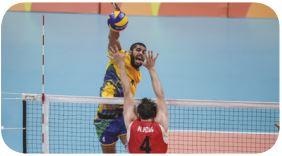 Jogador de vôlei fazendo um ataque.