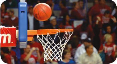 Foto de uma bola entrando na cesta de basquete.