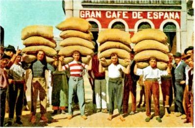 Imigrantes carregando sacas de café.