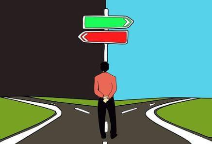 Imagem com um homem a decidir qual caminho escolher na bifurcação de uma estrada.