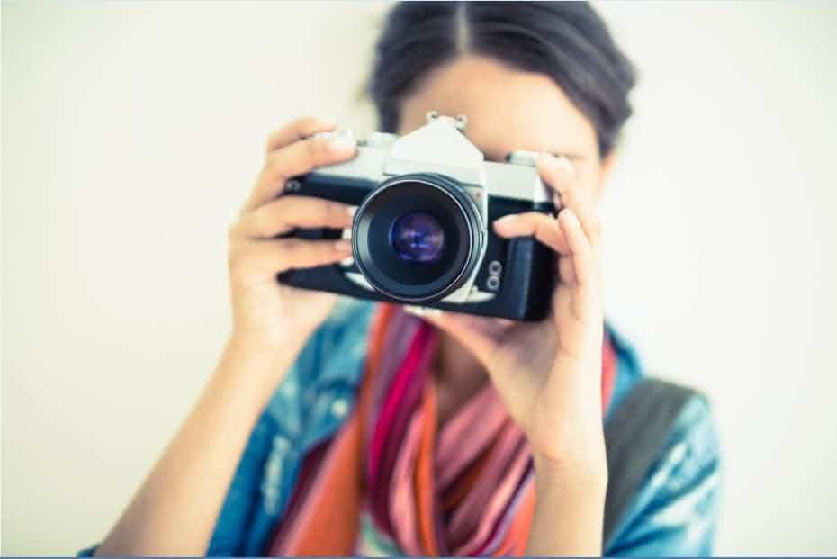 Uma pessoa tirando uma foto com uma câmera digital.