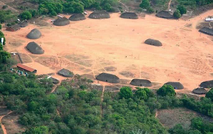 Fotografia de uma aldeia indígena.