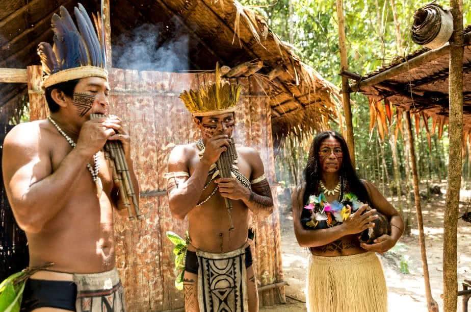 Índios fotografados em uma tribo.