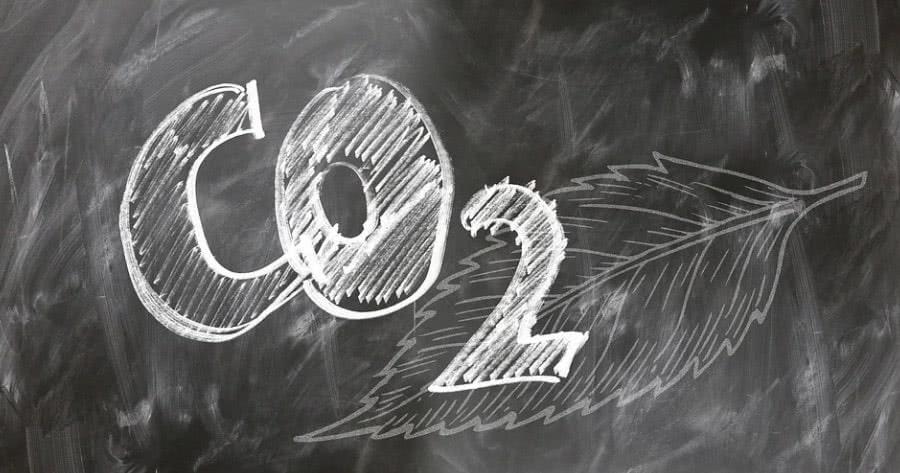 Símbolo do CO2 escrito em uma lousa.