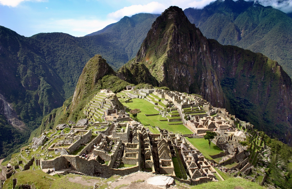 foto da cidade inca rodeada por morros.
