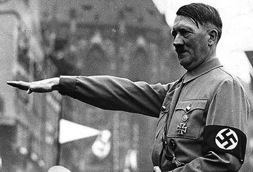 Adolf Hitler prestando continência.