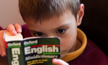 Menino lendo em inglês