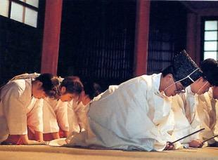 Monges xintoístas rezando num templo