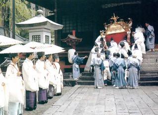 Monges xintoístas na festa