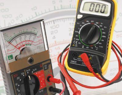 Foto de aparelhos que medem o amperímetro e o voltímetro.