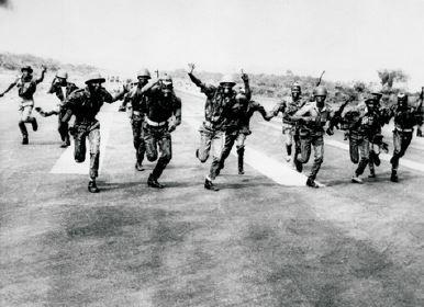 Foto de soldados na guerra de Biafra.