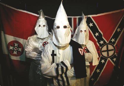 Membros da organização racista Ku-Klux-Klan.