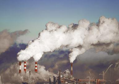 Chaminés de indústrias gerando poluição do ar.