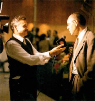 Imagem mostrando um repórter entrevistando uma pessoa.
