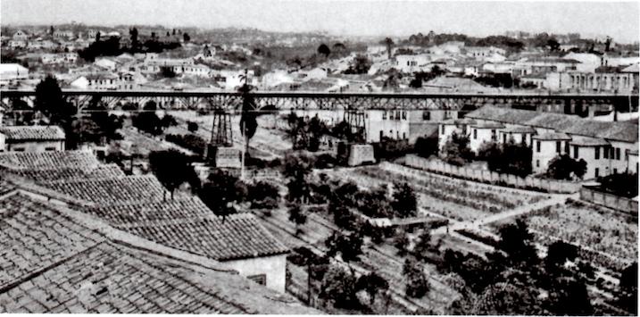 Foto em preto e branco após a inauguração do viaduto do chá.