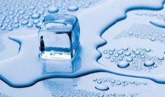 Gelo derretendo em uma superfície azul