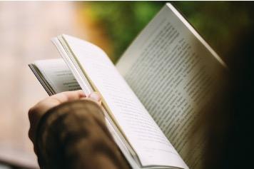 Uma pessoa lendo um livro