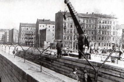 Foto de um guindaste ajudando na construção do muro.
