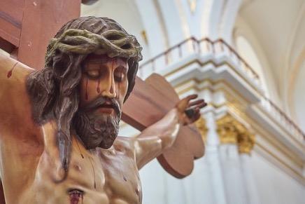 Estátua de Jesus pregado em uma cruz.