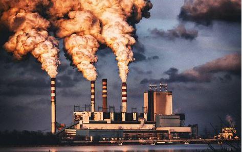 Poluição atmosférica provocada pelas indústrias.