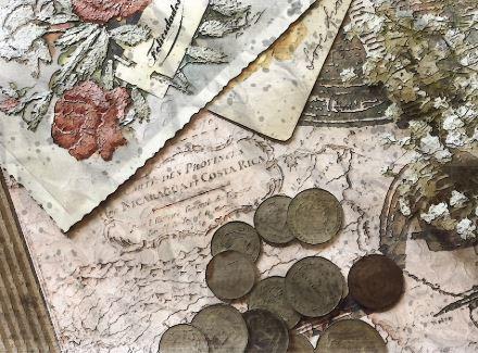 Imagem com moedas e papéis antigos.