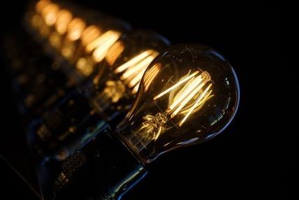 Várias lâmpadas acesas.