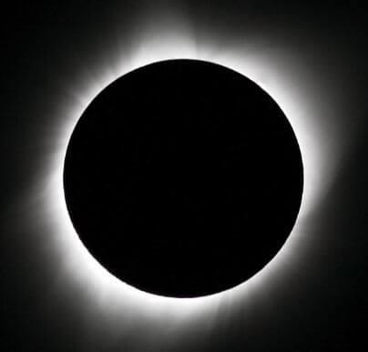 Foto onde a lua está encobrindo totalmente o sol.