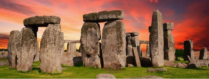 Foto das pedras de Stonehenge ao por do sol.