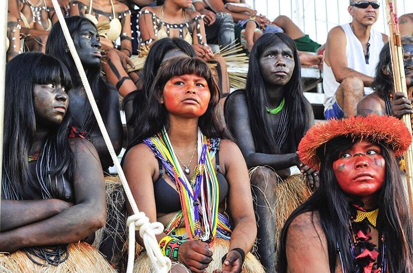 Foto com vários índios de diferentes etnias.