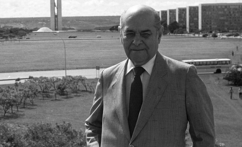 Foto de Tancredo Neves em frente à Esplanada dos Ministérios, Brasília