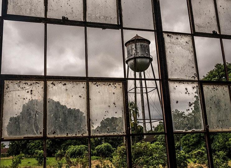 Foto tirada em uma fábrica abandonada na Fordlândia.