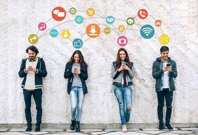 4 pessoas acessando redes sociais em seus celulares.