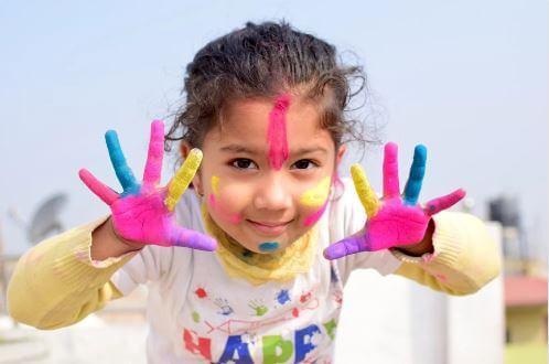 Criança brincando com tinta.