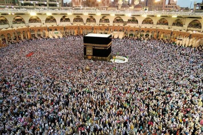 Foto de uma multidão em Meca dando voltas na Kaaba.