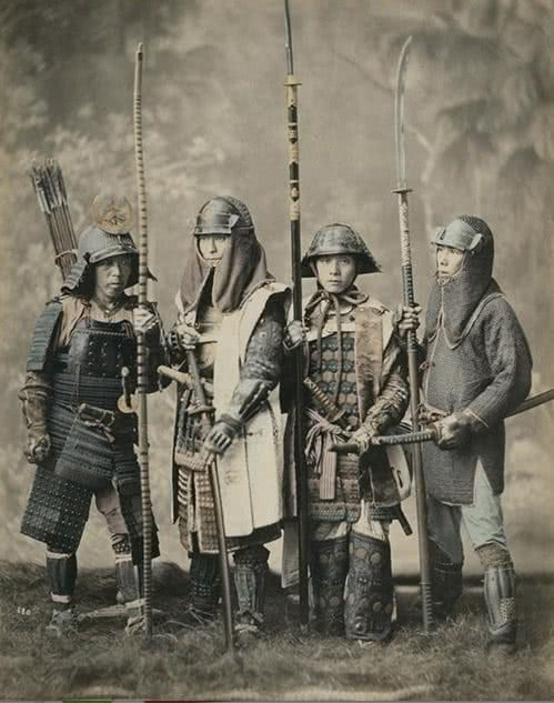 Fotografia com quatro samurais.