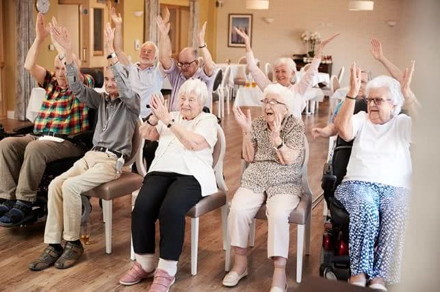 Foto com várias pessoas idosas.
