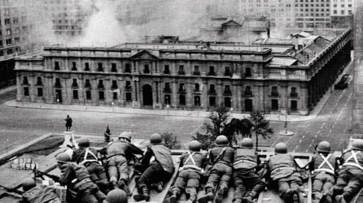 Foto em preto e branco do ataque ao palácio.