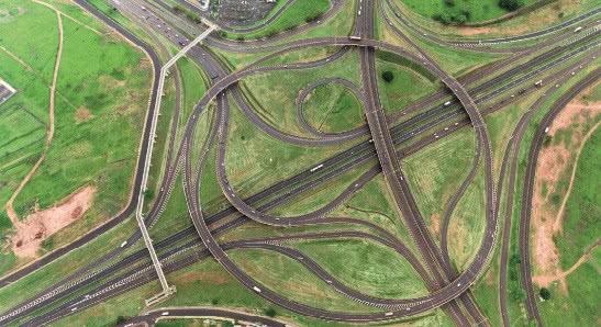 Foto aérea de várias rodovias.